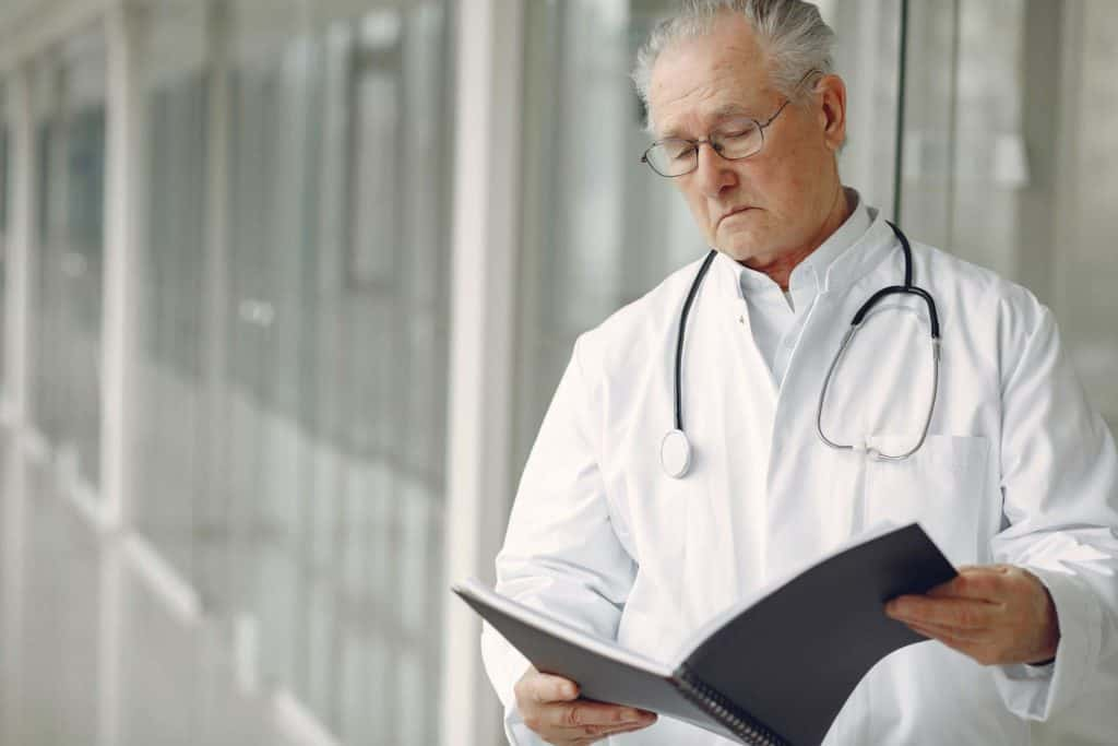 docteur regardant cahier